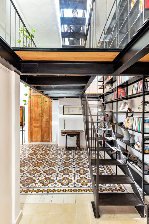מבט ממבואת הכניסה. האפקט המחניק של התקרה הנמוכה נוטרל בזכות הבחירה בזכוכית כרצפת הגלריה שמעל (צילום: סוזי לוינסון)