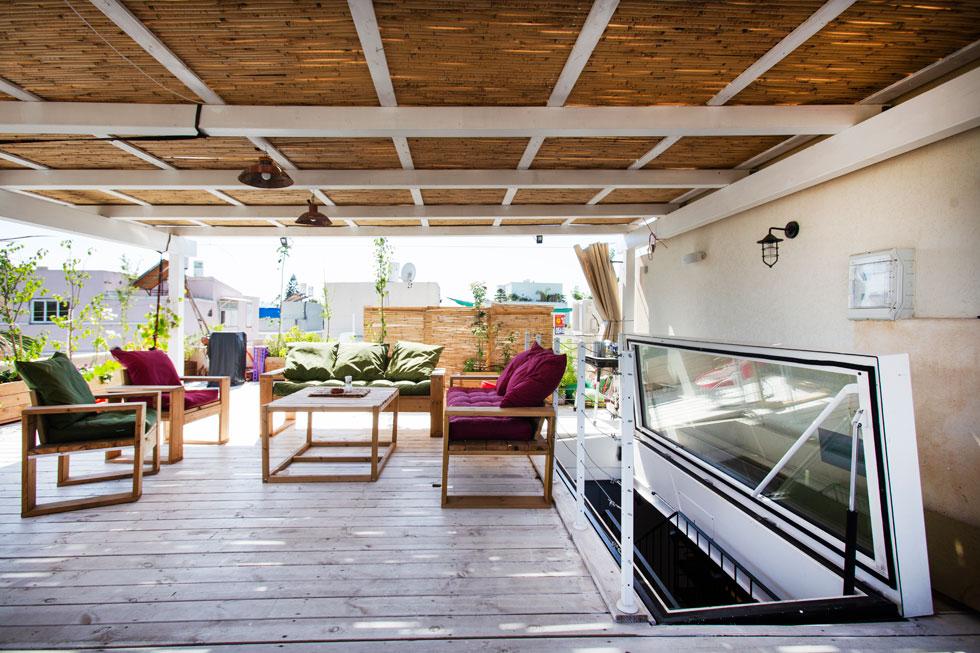 כדי לנצל את הגג במלואו, החליפה דלת זכוכית את הקוביה הבנויה של גרם מדרגות רגיל. עיצוב: סמי שלום כנפו. לחצו לכתבה המלאה (צילום: סוזי לוינסון)