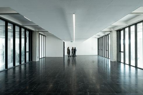 """""""כשבאת לא ידעת איך להתמצא"""", אומרת מדי שביד, מנהלת פרויקט המוזיאון החדש, בנוגע לחלוקת הפנים של הגלריות הוותיקות. כל המחיצות וקירות הגבס פורקו, וחלונות הותקנו בחלק מהגלריות כדי להחדיר פנימה אור שמש (צילום: גדעון לוין)"""