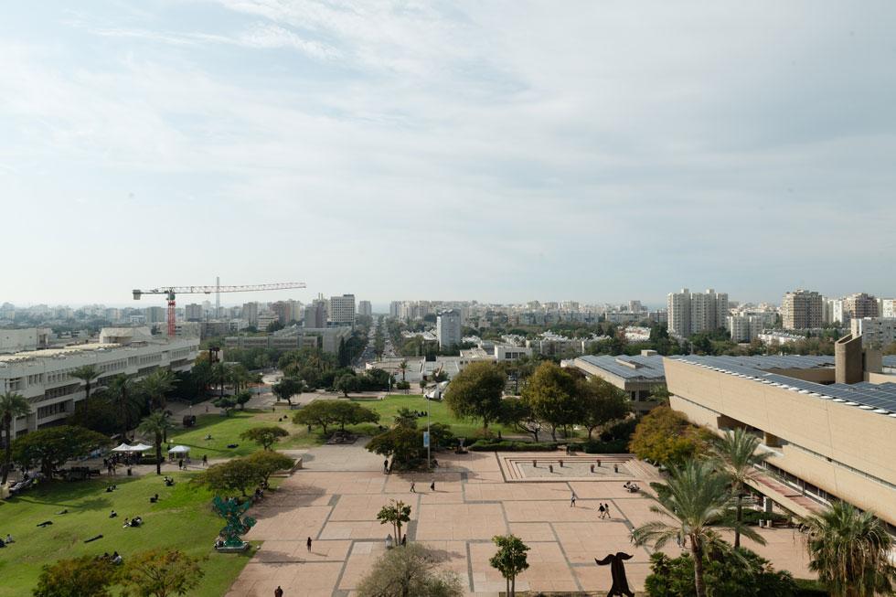עם הנוף הזה שנשקף ממנו: קמפוס אוניברסיטת תל אביב מלפנים, והים והעיר ברקע. כרטיסי כניסה לא יספיקו למלא את טור ההכנסות. אם תלחצו על התמונה, תוכלו לקרוא על הספרייה המרכזית, אחד האייקונים של העיר (בתצלום מימין) (צילום: גדעון לוין)