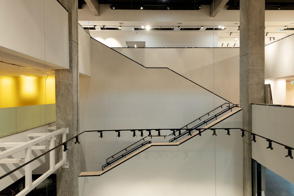 """מיצב ה""""יזכור"""" הוסר לחלוטין מהאטריום, ואיפשר השמשה מחודשת של הסקיילייט. גם פרטי המדרגות וצורתן מזכירים מאוד את מוזיאון ת''א (צילום: גדעון לוין)"""