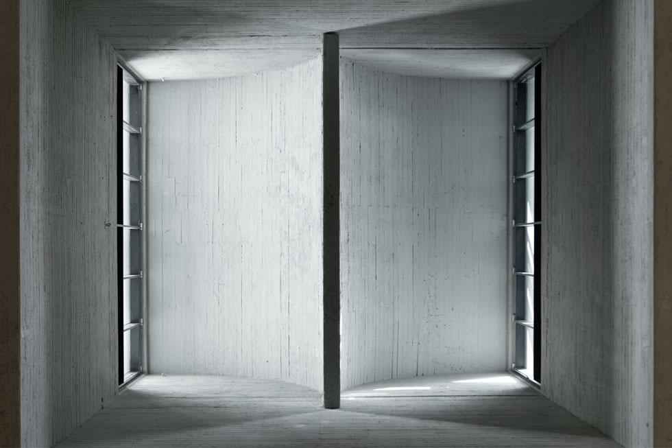 חלון התקרה (סקיי-לייט) עוצב בצורת הלוגו הישן של בית התפוצות, והוא מחדיר אור דרומי וצפוני פנימה. רק שהוא נאטם מיידית ורק עכשיו נפתח מחדש. מינץ: ''האחרון שראה אותו היה יצחק ישר לפני הפתיחה'' (צילום: גדעון לוין)