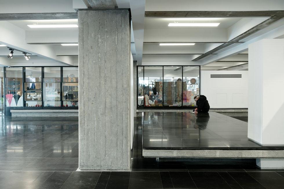 המבואה עם חנות המזכרות. עמודי הבניין הופשטו, נבנו ספסלי בטון בחיפוי אבן שחורה ובגדלים מגוונים. הסטודנטים שבאים לקפה עוצרים גם לנוח (צילום: גדעון לוין)