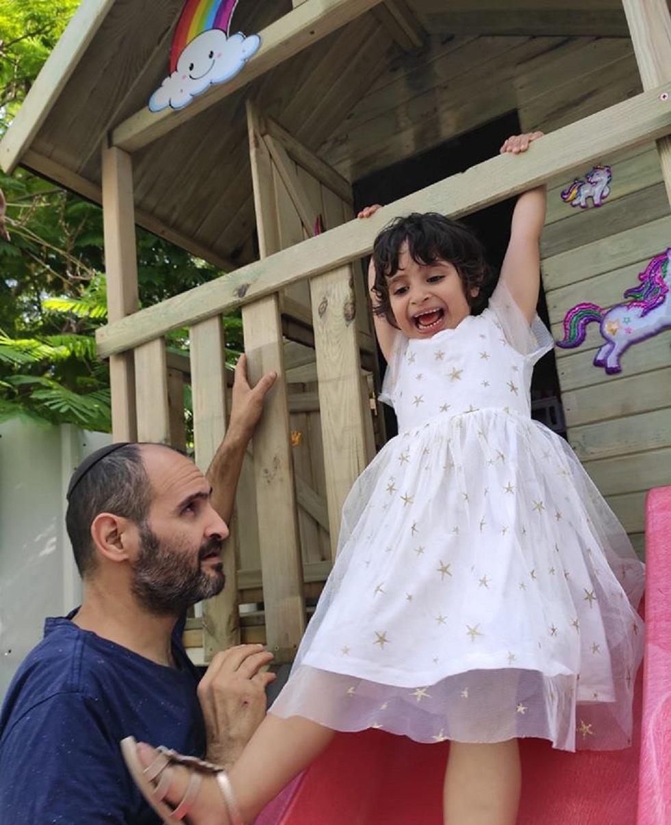 ילדה מתנדנדת בבית עץ  (צילום: make a wish)
