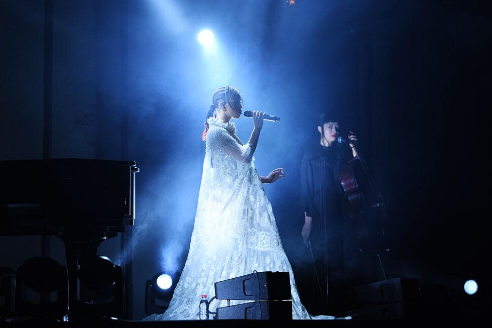 המוזמנים לתצוגה של ולנטינו בפריז זכו להופעה שמימית של המוזיקאית FKA Twigs, חברה קרובה של מעצב המותג פייר פאולו פיקולי. הזמרת עלתה לבמה במסכה מנצנצת ושמלת תחרה רקומה בפרחים עדינים מקו ההוט קוטור של ולנטינו, וגנבה את ההצגה מהקולקציה האלגנטית (צילום: Pascal Le Segretain/GettyimagesIL)
