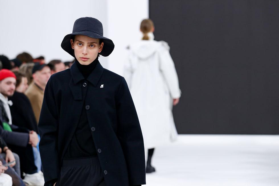 יריד הגברים פיטי אומו בפירנצה אירח גם תצוגה של מותג האופנה K-WAY, הידוע בזכות מעילי הגשם שלו מניילון. עכשיו הוא משיק קולקציית ביגוד רחבה לנשים ולגברים, ששני אאוטפיטים ממנה לבשה על המסלול הדוגמנית הישראלית שון לוי (צילום: Vittorio Zunino Celotto/GettyimagesIL)