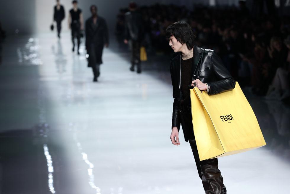 """מגמת אביזרי הגברים היא המשך ישיר לנעשה אצל בנות המין היפה. התיקים הדומיננטיים, שחלקם נראים כמו שקיות גדולות (ע""""ע אוף/ווייט ובלנסיאגה) עשו את דרכם גם אל מותגי הגברים, כפי שהציגו במותג האיטלקי פנדי עם תיק ענק שנראה כמו שקית קניות עצומת ממדים (צילום: Vittorio Zunino Celotto/GettyimagesIL)"""