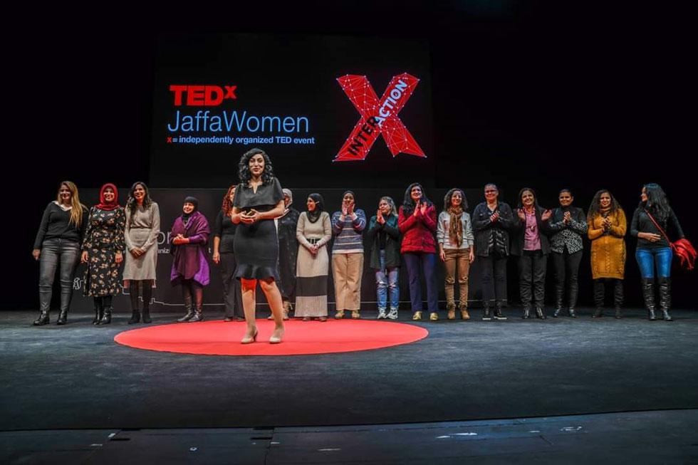 """בהרצאה, עם חלק מהנשים שעליהן כתבה. """"הנשים הערביות עושות המון, אבל אין להן אמצעים להגיע לתקשורת""""  (צילום: בן כהן מתוך tedx jaffa women)"""