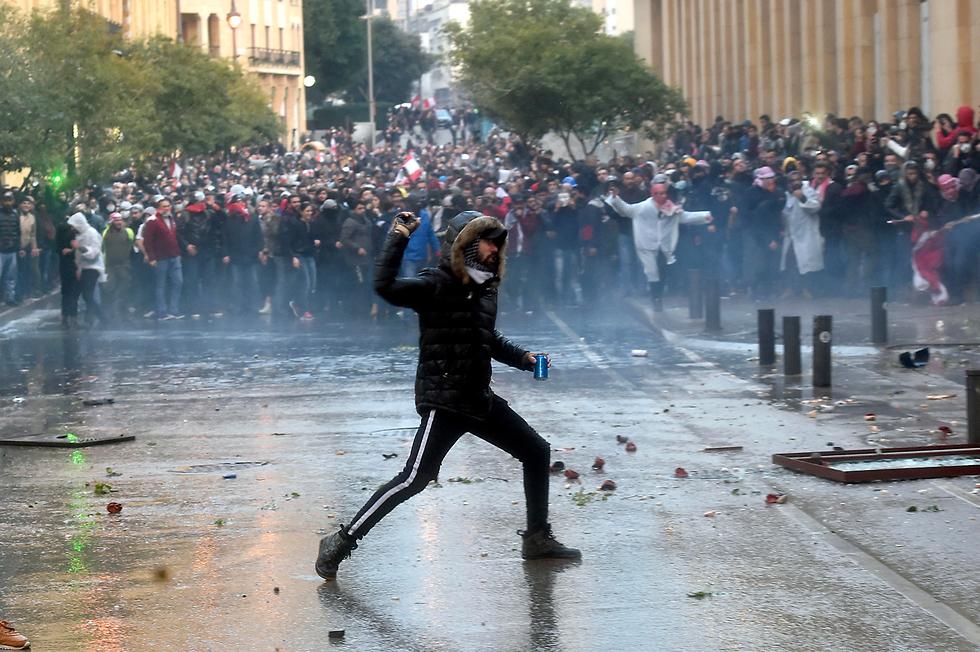 כיתוב:  הפגנה מפגינים עימותים ביירות לבנון (צילום: EPA)