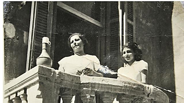 לבנה זמיר ואמא אסתר וידאל במרפסת הבית בחלואן שבמצרים (באדיבות לבנה זמיר)