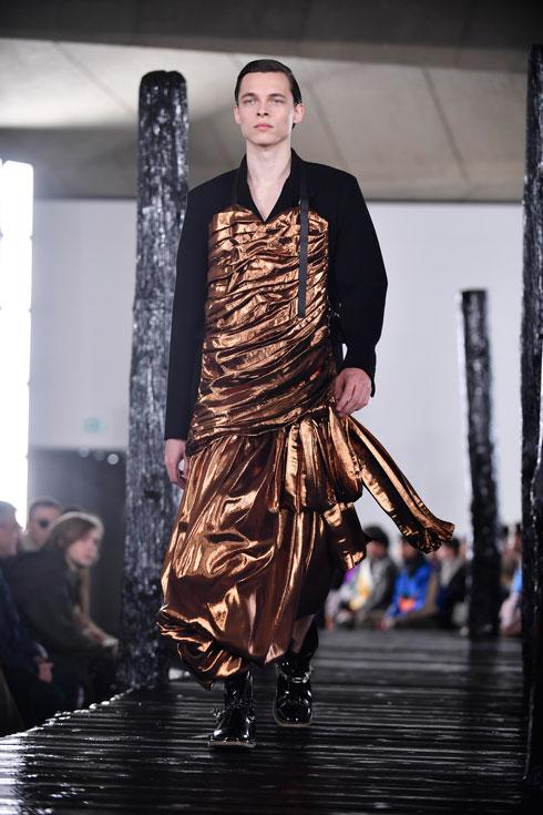 בגדי הגבר החדשים: שמלה מטאלית. לואווה (צילום: EPA)