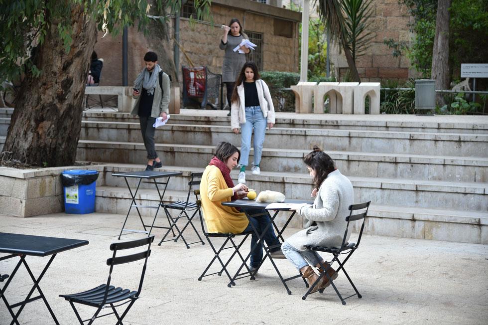 בחצר בית הספר, השבוע. כ-500 סטודנטים לומדים כיום במחלקה, בתואר הנמשך חמש שנים (צילום: יואב דודקביץ)