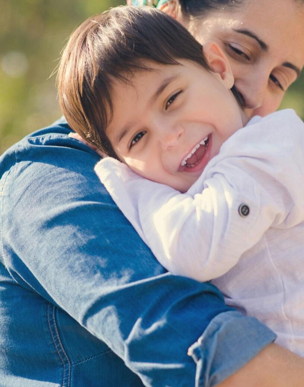 נועה נבון מחבקת את בנה שחר ()