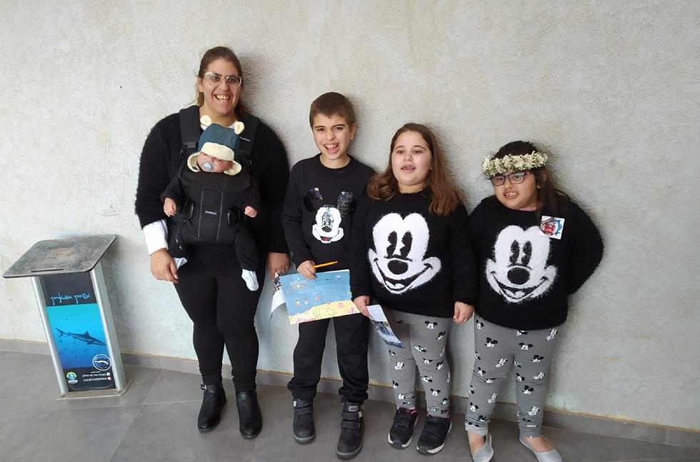 מעיין לייזרוביץ עם ארבעת ילדיה, שניים מהם על הרצף האוטיסטי ()