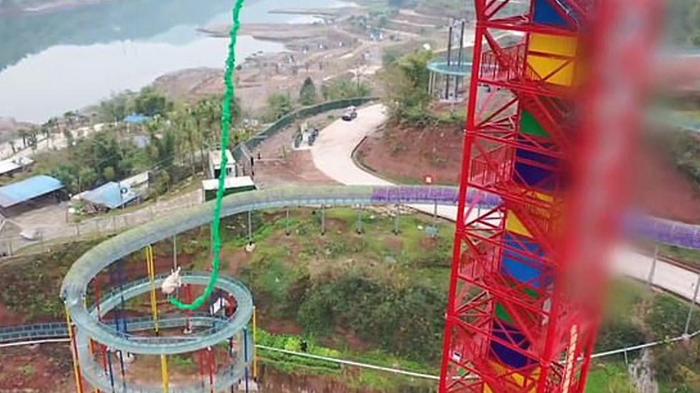 חזיר אולץ לקפוץ בנג'י קפיצת בנג'י ב פארק שעשועים ב צ'ונגצ'ינג ב סין ()
