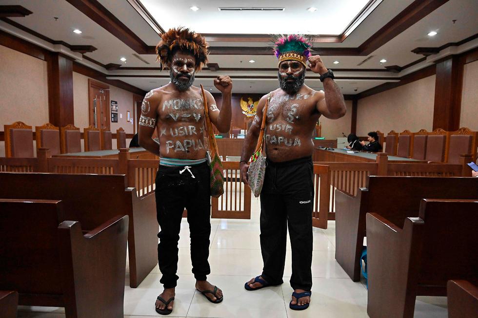 פעילים למען עצמאות פפואה בית משפט ב ג'קרטה אינדונזיה אולצו להסיר את כיסוי הפין שלהם וללבוש מכנסיים (צילום: AFP)