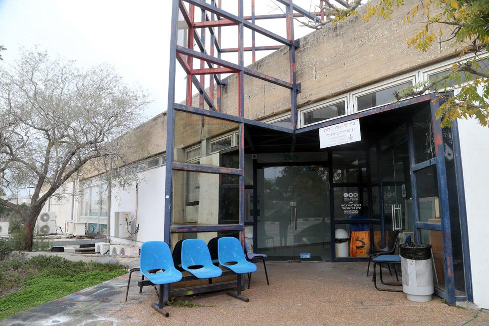 הכניסה למבנה בית הספר באוניברסיטת ת''א, בשבוע שעבר. הבניין של האדריכל נחום זולוטוב מוזנח מאוד, אולי משום שמחכים לבניין חדש, שלא ברור מתי יוקם (צילום: יריב כץ)