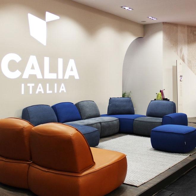 ''קאליה איטליה'' שמה דגש על שילובי צבעים נועזים באותה מערכת ישיבה. גם השנה הספה המודולרית קיבלה בולטות, יחד עם שימוש בקורל, צבע השנה של 2019, וכחול קלאסי, צבע השנה של 2020