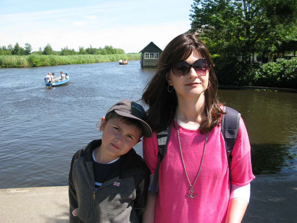 """מטיילת בחו""""ל עם אחד מבניה. """"הילדים שלי קיבלו שיעור לחיים בזכות הצעד שעשיתי""""  (צילום: אלבום פרטי)"""