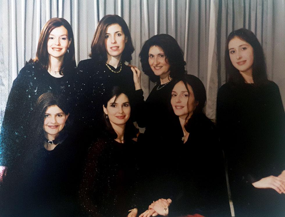 """וייץ (יושבת, ראשונה משמאל) עם אמה וחמש אחיותיה. """"ארוחות הערב היו חגיגה"""" (צילום: אלבום פרטי)"""