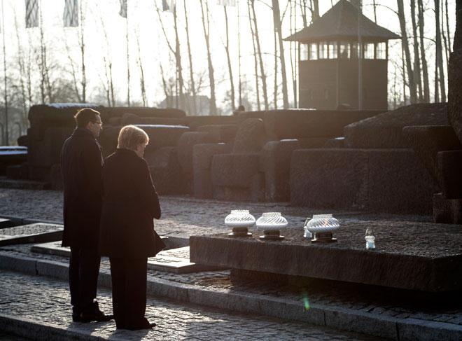 """מרקל (מימין) באושוויץ, דצמבר 2019. """"אני מודה לכם על כך שהזמנתם אותי לכאן"""" (צילום: AP)"""