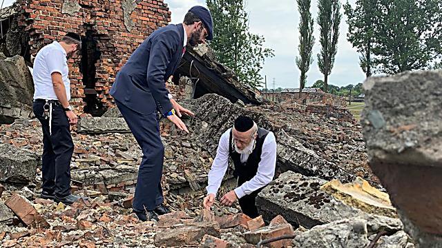 משי זהב וחברי המשלחת מחפשים עצמות יהודים (זק
