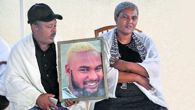 הוריו של סלומון טקה בימי השבעה (צילום: AFP)