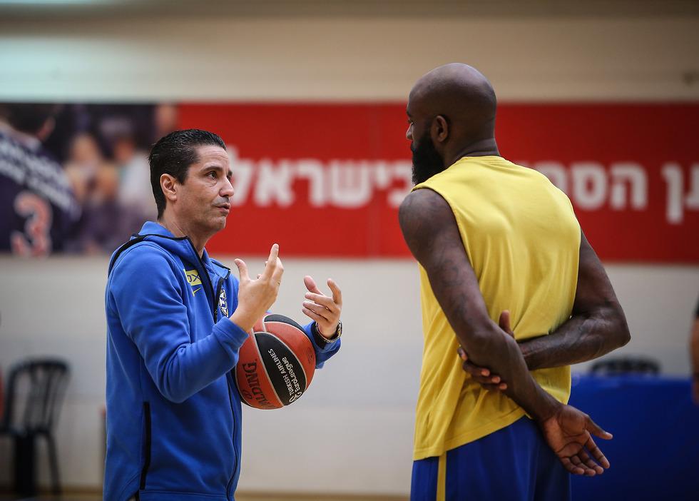 יאניס ספרופולוס וקווינסי אייסי  (צילום: עוז מועלם)