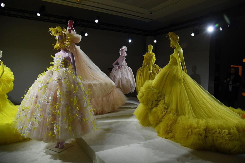 """מלך שמלות הטול ג'יאמבטיסטה ואלי החליט העונה לוותר על תצוגת האופנה המסורתית והסגורה לטובת הצבה של הפריטים בעיצובו בחלל הפתוח לקהל הרחב. """"לפעמים עולם האופנה מאוד אקסקלוסיבי ולפעמים נחמד לשתף יותר אנשים"""", הסביר המעצב את הבחירה בתערוכה  (צילום: Pascal Le Segretain/GettyimagesIL)"""