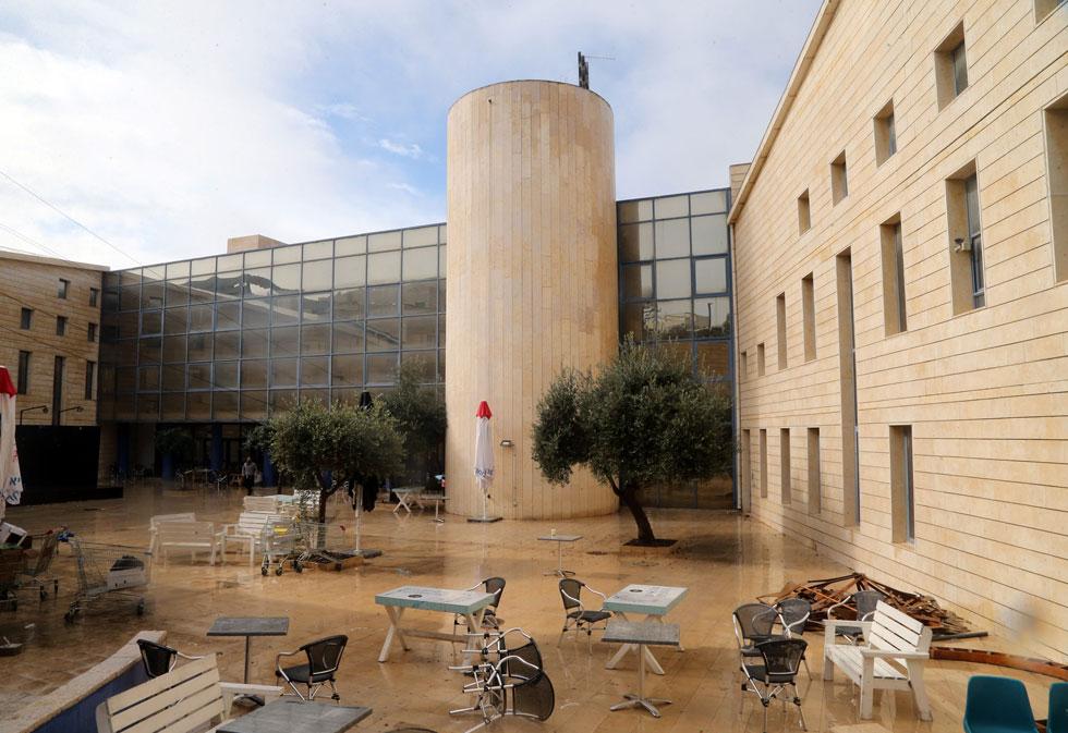 ביה''ס לאדריכלות באריאל הוא החדש מכל חמשת בתי הספר. ''זהו אחוד המקומות הכי בטוחים שיש'', מדגיש האדריכל פרופ' בני ראובן לוי. ''בבית הספר אתה יכול למצוא דעות מימין ומשמאל'' (צילום: יריב כץ)