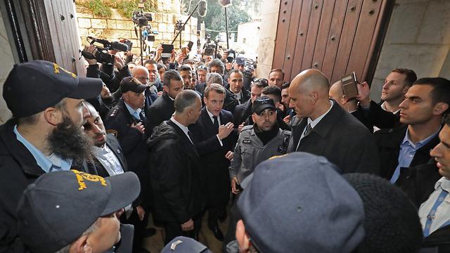 עמנואל מקרון נשיא צרפת עימות עם המשטרה משטרת ישראל (צילום: AFP)
