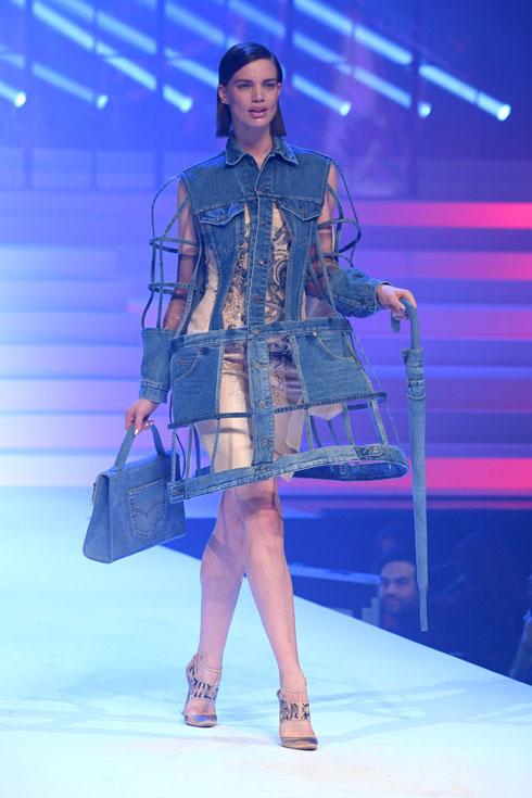 ולנטינה סמפיו בגרסת הקוטור לג'ינס (צילום: Pascal Le Segretain/GettyimagesIL)