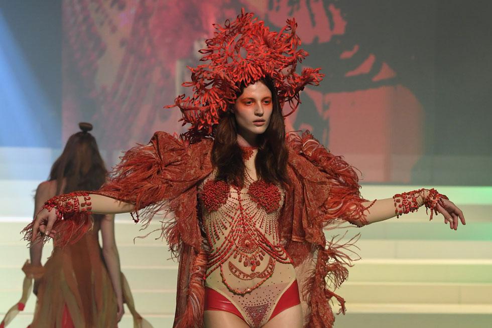 כל תלבושת שהופיעה על המסלול של ז'אן פול גוטייה היתה דרמה טהורה (צילום: Pascal Le Segretain/GettyimagesIL)