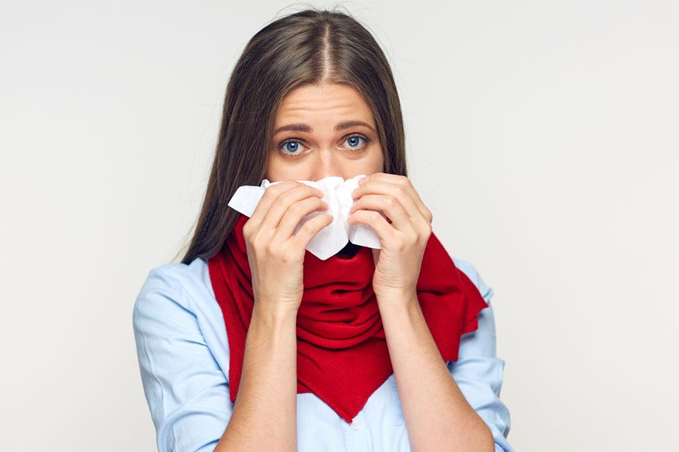 תמיסת מלח מרוכזת עוזרת לייבש את הריריות באף ובדרכי הנשימה ומפחיתה את נפיחותן על ידי אוסמוזה  (צילום: Shutterstock)