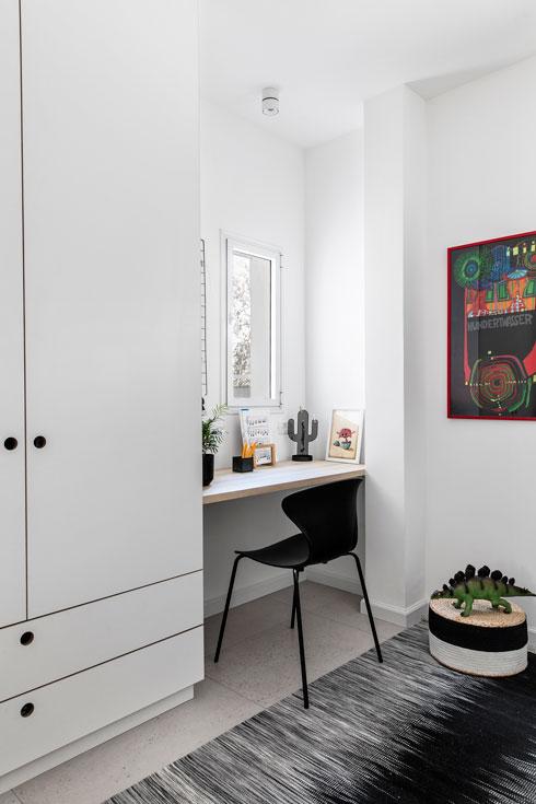 דרך הארונות ושולחן העבודה בחדרי הילדות (צילום: איתי בנית)