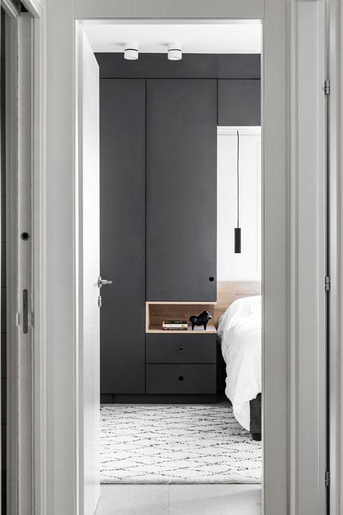 כל הנגרות תוכננה והוזמנה במיוחד: מארונות הבגדים בחדרים - (צילום: איתי בנית)