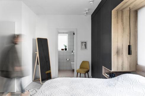 חדר ההורים נמצא בקצה הדירה, לפרטיות מירבית (צילום: איתי בנית)