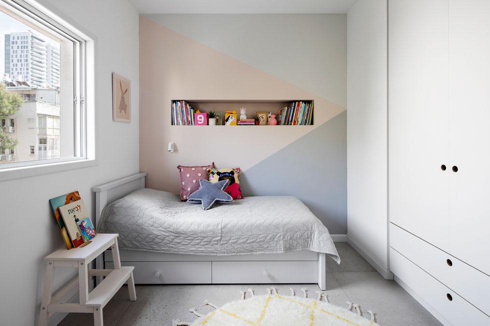 הבנות חולקות חדר, בינתיים. הרהיטים לבנים, ולכן הוחלט לצבוע את הקיר בשלושה גוונים פסטליים (צילום: איתי בנית)