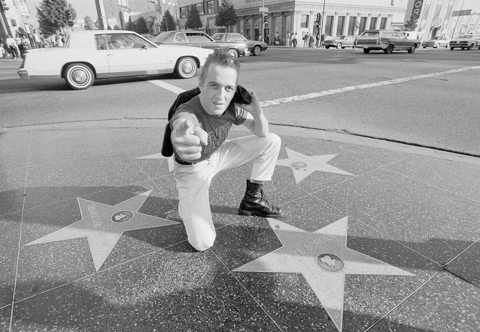 ג'ו סטראמר מקבל כוכב בשדרת התהילה בהוליווד, 1983. הממסד האמריקאי כעס על הקלאש, אבל הצעירים התלהבו (צילום: AP)