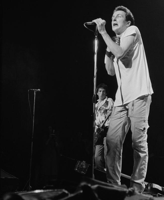 סטראמר בהופעה בלונדון, 1977. בעיר גרנדה שבספרד יש עכשיו כיכר על שמו (צילום: Chris Moorhouse/GettyimagesIL)