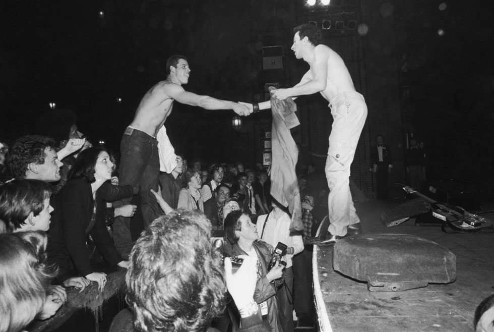 בהופעה בלונדון, 1977, מחליף חולצות עם אחד הצופים. למטה: כך נראתה ההופעה של הקלאש באותם ימים (צילום: Chris Moorhouse/GettyimagesIL)