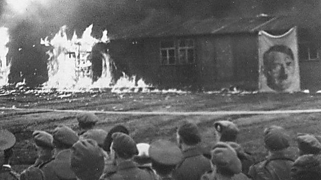 יומיים לאחר פינוי כל האסירים שרף הצבא הבריטי את הצריפים (באדיבות מוזיאון המלחמה האימפריאלי, לונדון)