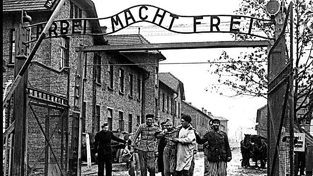 התמונה הפותחת את התערוכה - שחרור אושוויץ (באדיבות סוכנות גודמייה, מוסקבה)