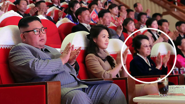 צפון קוריאה קים ג'ונג און עם דודתו קים קיונג הוי בתמונה ראשונה אחרי שש שנים (צילום: AFP)