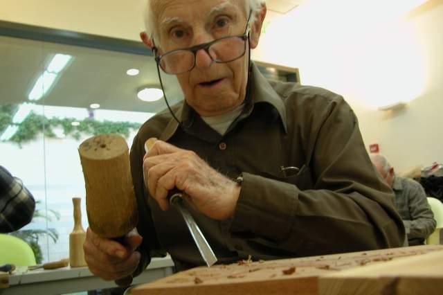 Пожилые люди за работой над предметом искусства. Фото: пресс-служба музея