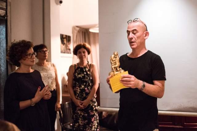 Саша Галицкий рассказывает об искусстве пожилых людей во время презентации проекта. Фото: пресс-служба музея