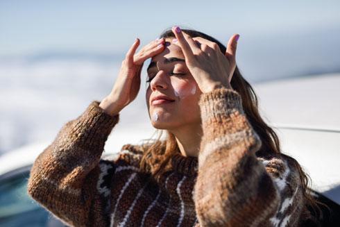 """ניתן למנוע חלקית כתמי שמש ע""""י הימנעות משמש ומריחת קרם הגנה  (צילום: Shutterstock)"""
