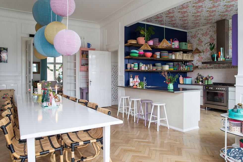 הטפט נמשך גם על התקרה. מבט למטבח  של שרלוט גוניאו, המייסדת והבעלים של המותג הדני RICE  (צילום: ricebyrice)