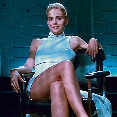 """שרון סטון בסרט """"אינסטינקט בסיסי"""" בישיבה נשית טיפוסית, רגע לפני שתשמוט למייקל דגלאס את הלסת"""