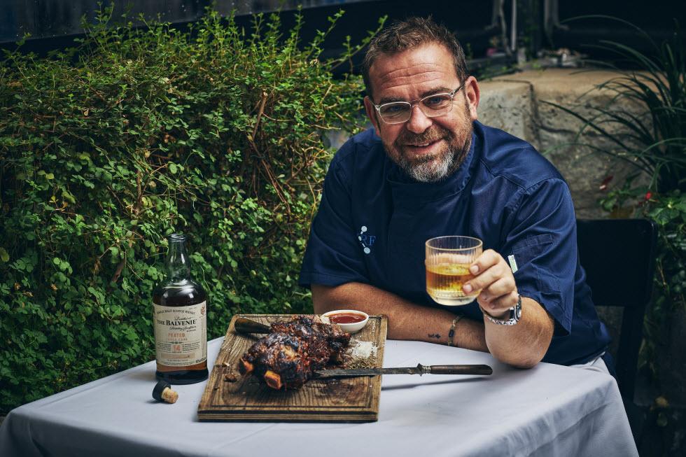 צלעות ברוטב ברביקיו וויסקי עם סינגל מאלט בלוויני 14 של ניני נוף מסעדת מקום של בשר (צילום: אמיר מנחם, רקס תעשיות )